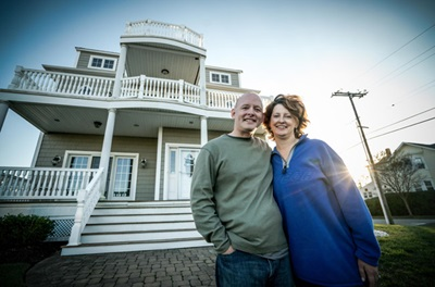 Dan Bonner, liver transplant recipient, and wife in front of beach house