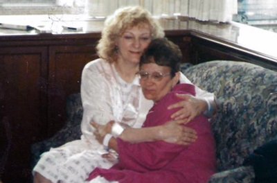 Kidney recipient Eileen with her sister and kidney donor Ruth