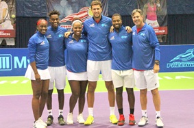 Philadelphia_Freedoms_Tennis_Team_Poses_on_Tennis_Court_for_Photo