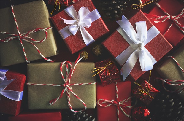 red_and_brown_boxes_of_christmas_gifts_wrapped_with_white_bows